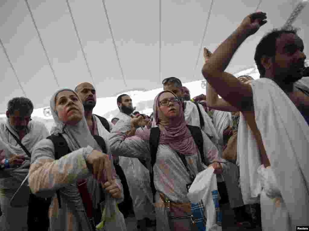 بھگدڑ کا یہ واقعہ منیٰ کے مقام پر پیش آیا جہاں حجاج حج کے ایک رکن 'رمی جمرات' میں مصروف تھے جسے عام لفظوں میں ''شیطان کو کنکریاں'' مارنا بھی کہتے ہیں
