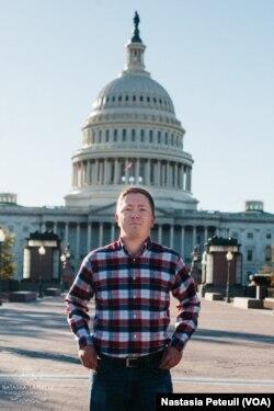 Le militant républicain Matthew Hurtt devant le Congrès, à Washington DC, le 30 octobre 2017. (VOA/Nastasia Peteuil)