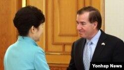 지난해 2월 한국을 방문한 미국 하원 외무위원회 대표단을 접견한 박근혜 한국 대통령(왼쪽)이 에드 로이스 외무위원장과 악수하고 있다. (자료사진)