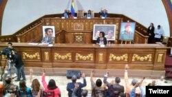 Los comicios están planeados para diciembre, pero ante la propuesta, se realizará un debate en una próxima sesión, indicó la presidenta de la Asamblea Nacional Constituyente, Delcy Rodríguez.
