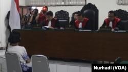 Florence Sihombing, mahasiswa Program Kenotariatan Universitas Gadjah Mada, Yogyakarta di Pengadilan Negeri Yogyakarta, Selasa sore, 31 Maret 2015 (Foto: VOA/Nurhadi).