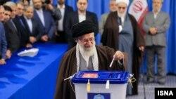 Pemimpin Tertinggi Iran Ayatollah Ali Khamenei memasukkan kartu suara dalam pemilu Iran hari Jumat (26/2).