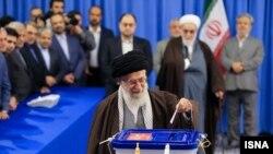 İranın Ali dini rəhbər Ayətullah Xamneyi səsvermə məntəqəsində