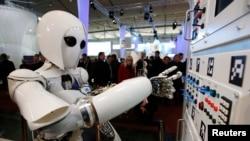 Robot humanoid AILA (artificial intelligence lightweight android) dalam pameran teknologi di Jerman. (Foto: Dok)