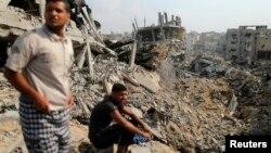 5일 이스라엘군이 가자지구에서 철수하고 72시간 휴전을 선언했다. 집으로 돌아온 팔레스타인인들이 폐허가 된 마을을 바라보고 있다.