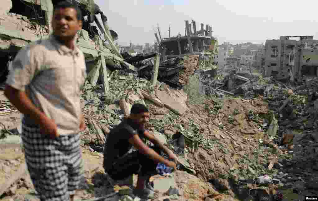 Palestinians look at destroyed houses after returning to the Shejaia neighborhood, which witnesses said was heavily hit by Israeli shelling and air strikes during the Israeli offensive, east of Gaza City, Aug. 5, 2014.