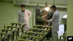伊朗技術人員在生產鈾燃料的設施前工作。(2009年4月9日)