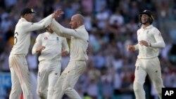 انگلینڈ کے کپتان جو روٹ ٹیسٹ جیتنے کے بعد کھلاڑیوں کے ساتھ خوشی منا رہے ہیں