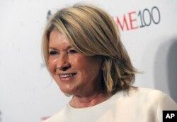 Martha Stewart, empresaria y productora de programas del hogar, convicta por vender acciones con conocimiento de que iban a perder valor.