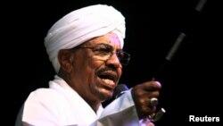 Presiden Sudan Omar al-Bashir menghadiri KTT Uni Afrika di Johannesburg, Afsel, hari Minggu 14/6 (foto: dok).