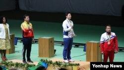 한국의 진종오(오른쪽 두번째)가 10일 (현지시간) 브라질 리우데자네이루에서 진행된 올림픽 남자 50m 권총 결선에서 우승한 뒤 시상식에서 애국가를 따라 부르고 있다. 오른쪽은 북한의 김성국.