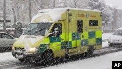 Tư liệu- Một chiếc xe cấp cứu tại London, Anh.
