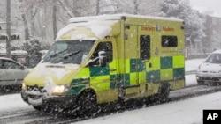Ambulans Darurat melaju di jalan melalui badai salju di Ealing, London (Foto: dok).