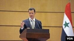 Presiden Suriah Bashar al-Assad memberikan pidato di Universitas Damaskus, Selasa (10/1).