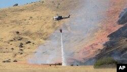 Một chiếc trực thăng phun nước vào đám cháy tại hiện trường máy bay U-2 rơi gần thành phố Yuba, California, ngày 20/9/2016.