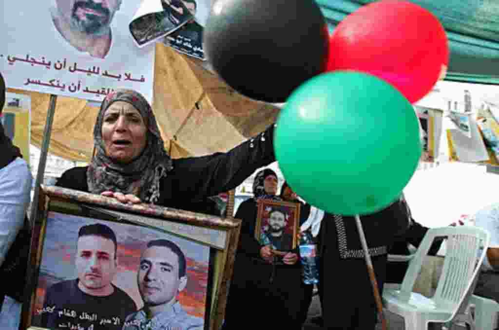 Familiares de los prisioneros palestinos prepararon celebraciones para recibir a los liberados en Rafah, en la frontera de la Franja de Gaza con Egipto.