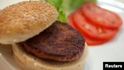 Daging burger pertama di dunia yang dikembangkan di laboratorium, setelah dimasak pada acara paluncurannya di London (5/8). (Reuters/David Parry)