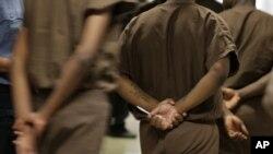 资料图片-纽约东河雷克岛监狱里的囚犯们。重罪犯投票权问题在总统大选中被严重政治化。