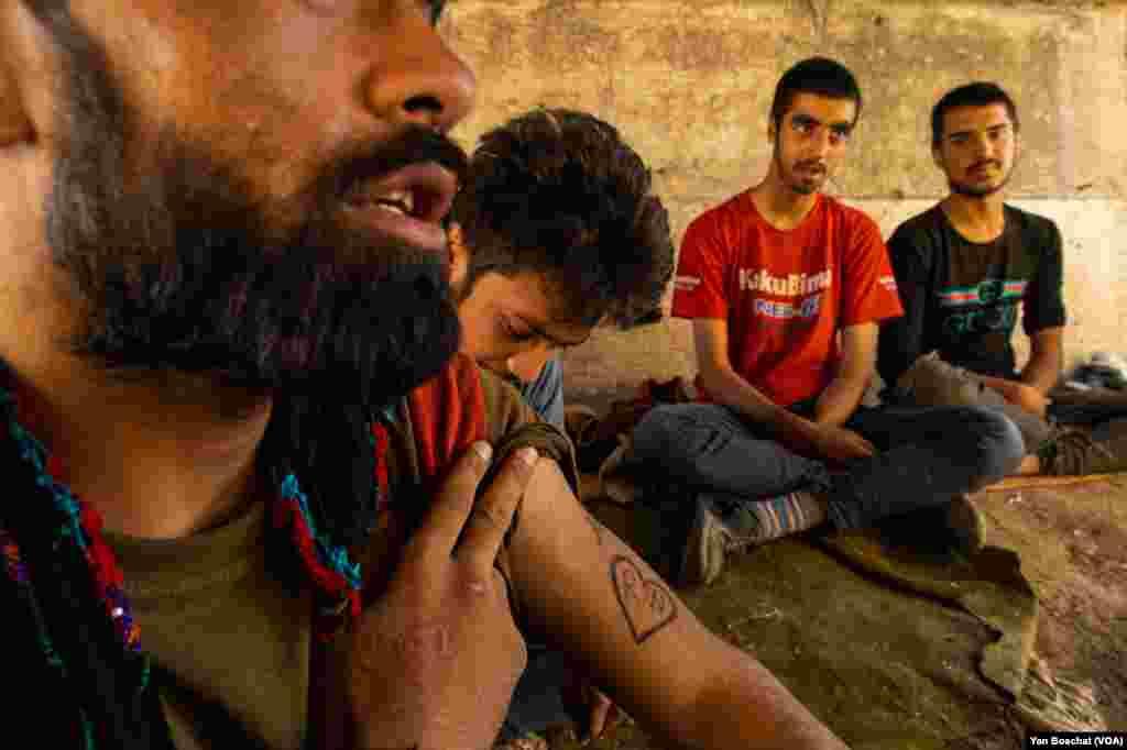 اکثر این پناهجویان افغان پسران و مردان و حتا افراد زیر سن ۱۸ سال اند.