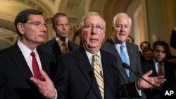 El líder de la mayoría en el Senado de EE.UU., Mitch McConnell, de Kentucky (centro) junto a (desde la izquierda) senador John Barrasso, republicano por Wyoming, el senador republicano John Thune, de Dakota del Sur y el senador John Cornyn de Texas, hablaron con los periodistas en el Capitolio el martes, 25 de julio de 2017.