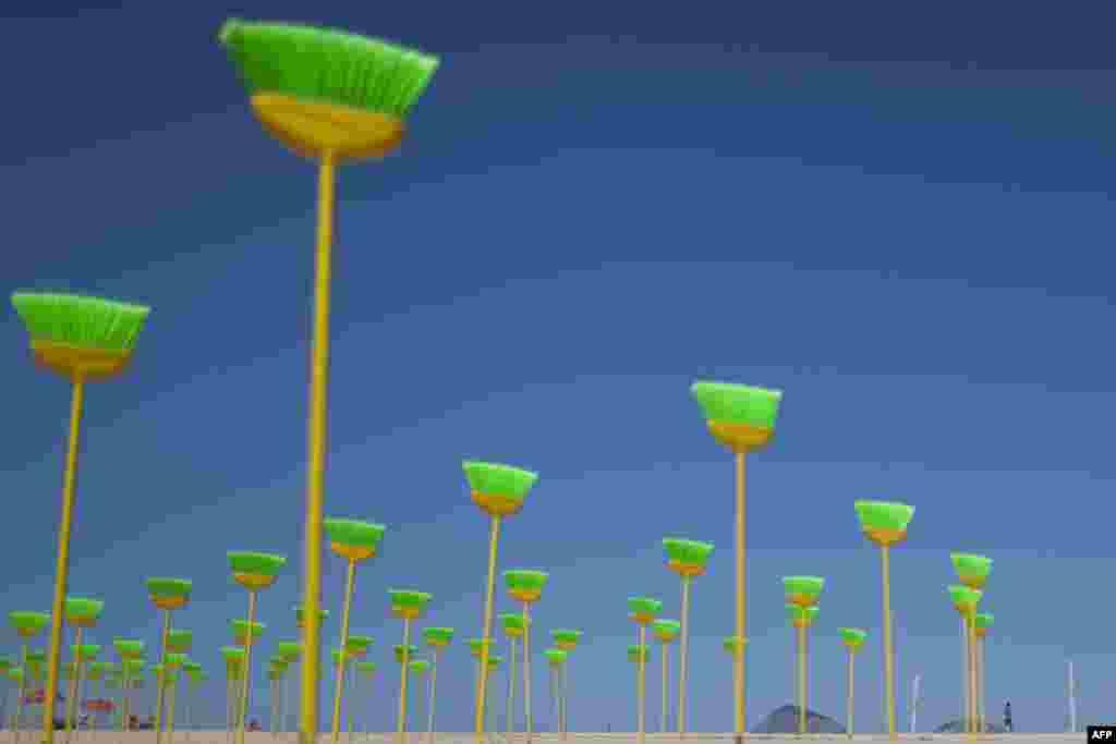 Chổi được dựng đứng hôm 19 tháng 9 tại một bãi biển ở Brazil để phản đối nạn tham nhũng. Có tất cả 594 cây chổi, tượng trưng cho số đại biểu Quốc hội Brazil. (AP Photo/Felipe Dana)
