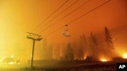 Požar Kaldor bukti u skijalištu Sijera-et-Taho u nedjelju, 29. avgusta 2021. (Foto: AP /Noah Berger)