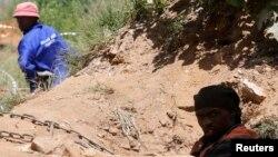 Dua orang penambang emas ilegal (foto: ilustrasi).