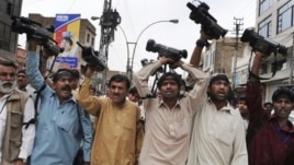 Pakistani journalists demonstate over threats against press in Quetta, Pakistan, April 17, 2012