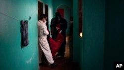 Petugas gawat darurat menggotong Jose Rocha menggunakan tempat tidur gantung, ke rumah sakit darurat untuk pasien Covid-1 di Manacapuru, negara bagian Amazonas, Brazil, 1 Juni 2020. (Foto: AP )
