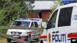 Xe cảnh sát Na Uy đậu trước trang trại của Anders Behring Breivik, nghi phạm trong vụ tấn công khủng bố kép giết chết 76 người tại Oslo và trên đảo Utoya, Na Uy, ngày 28 tháng 7 năm 2011.