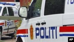 ລົດເຈົ້າໜ້າທີ່ຕຳຫຼວດ ຂອງນໍເວ ຈອດຢູ້ດ້ານໜ້າຟາມ Anders Behring Breivik ບ່ອນທີ່ຜູ້ຕ້ອງສົງໄສ ໂຈມຕີກໍ່ການຮ້າຍ ດ້ວຍມີດ ທີ່ໄດ້ສັງຫານ 76 ຄົນ ໃນນະຄອນຫຼວງ ອອສໂລ ຂອງນໍເວ ແລະ ຢູ່ທີ່ເກາະ Utoya ໃນເມືອງ Asta ທາງພາກກາງຂອງນໍເວ, ວັນທີ 28 ກໍລະກົດ 2011.