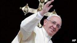 Paus Fransiskus menyampaikan khotbah Urbi et Orbi, yang artinya untuk kota dan dunia, pada hari Natal (25/12) di Vatikan.