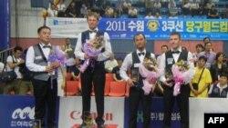 Vận động viên bi-a Mã Xuân Cường (thứ hai từ phải sang) đoạt giải ba tại World Cup Bi-a 3 băng ở Suwon, Nam Triều Tiên, ngày 5 tháng 9, 2011