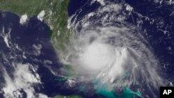 Imágen de satélite divulgada por el Centro Nacional de Huracanes que muestra a Arthur frente a la costa este de Florida.