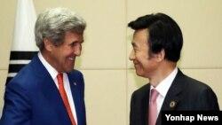 지난 7월 라오스 비엔티안에서 열린 미-한 외교장관 회담에서 존 케리 미 국무부 장관(왼쪽)이 윤병세 한국 외교장관과 악수하고 있다.