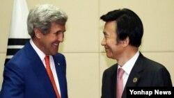25일 라오스 비엔티안에서 열린 미-한 외교장관 회담에서 존 케리 미 국무부 장관(왼쪽)이 윤병세 한국 외교장관과 악수하고 있다.