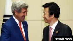 Ngoại trưởng Hàn Quốc Yun Byung-Se bắt tay với người đồng nhiệm Mỹ John Kerry ở Lào hồi tháng Bảy năm 2016.