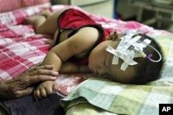 一名因食用毒奶粉而患病住院接受治疗的儿童(资料照片)