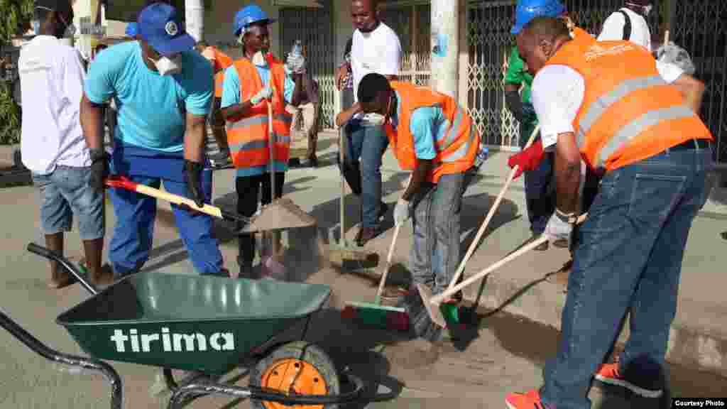 Des Tanzaniens balaient les rues à l'occasion du 54e anniversaire de l'indépendance du Tanganyika.
