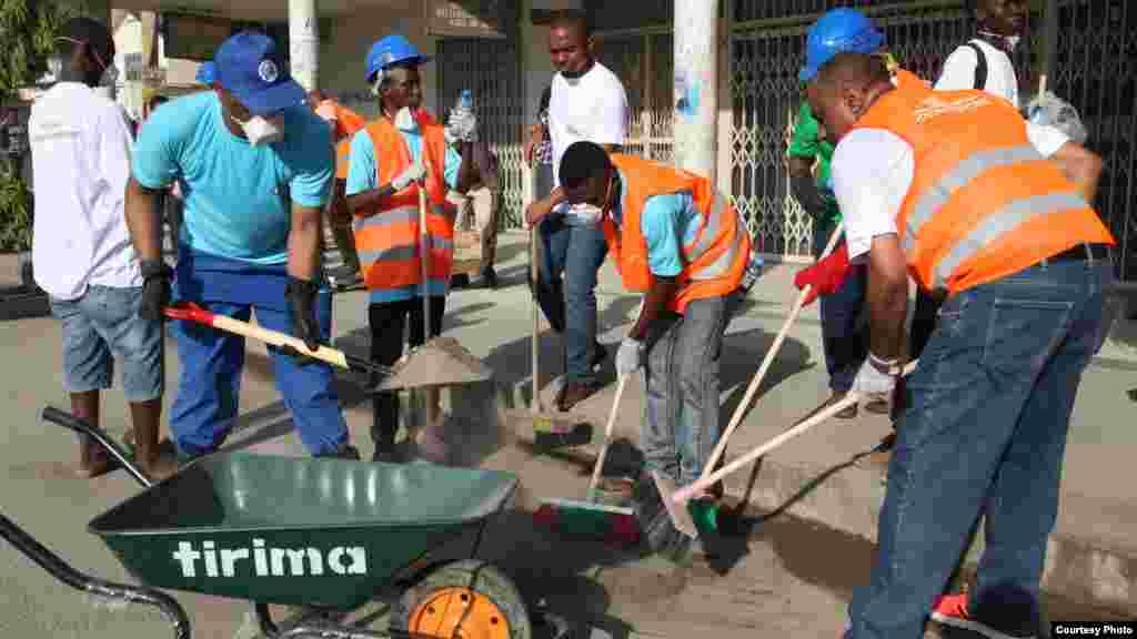 O presidente Magufuli cancelou o habitual aniversário anual da independência para poupar dinheiro e em vez disso apelou às populações para limparem as suas comunidades.