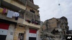 Adnan Sabbagh, yon abitan nan Aleppo, Siri i kanpe devan kay li a ki nan yon zòn lagè ant rebèl yo ak fòs ame siyèn devaste. Foto 21 janvye 2018.