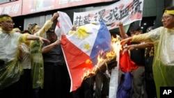 近200名台湾人聚集在菲律宾驻台北办事处外烧菲律宾国旗以抗议台湾渔民遭菲律宾海警射杀