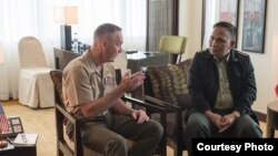 美军参联会主席邓福德上将2016年9月5日在马尼拉会见菲律宾武装部队总参谋长维沙亚上将(美国国防部照片)