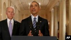 Rais Barack Obama, akisimama na Makamu Rais Joe Biden, akizungumzia mkataba na Iran