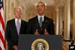 """Presiden Barack Obama, bersama Wakil Presiden Joe Biden, menyampaikan pidato di """"East Room"""" Gedung Putih di Washington, Selasa, 14 Juli 2015, setelah kesepakatan dengan Iran dicapai."""