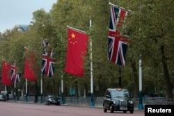 香港主权移交中国23年之后,香港人急于投奔英国。图为伦敦街头的中英两国国旗。(2015年10月19日)