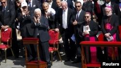 Presiden Palestina Mahmoud Abbas (depan, kiri) bertepuk tangan saat Paus Fransiskus melakukan penasbihan kepada 2 biarawati Palestina sebagai Santo di Vatikan, Minggu (17/5).