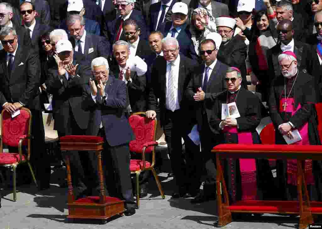 El presidente palestino Mahmud Abbas (fila de adelante, izquierda) aplaude durante la ceremonia.