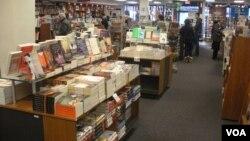 """Potrošači razgledaju iizbog knjiga u nezavisnoj knjižari """"Politika i proza"""" u Vašingtonu"""