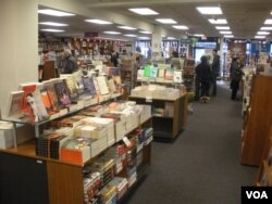 Customers check out the selection of books at Politics and Prose, an independent bookstore in Washington, D.C. (J. Taboh/VOA)